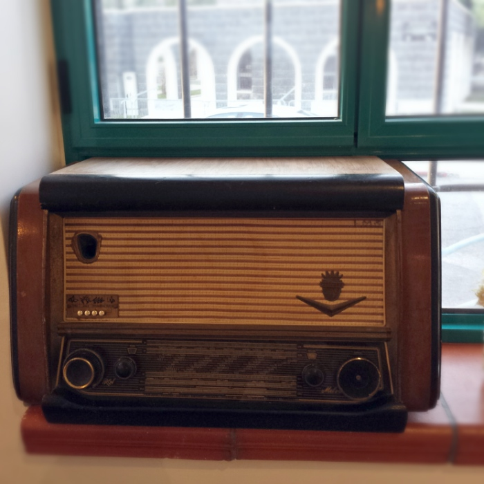 A vintage wireless used as a decor accessory in a cafe in Bet Shean